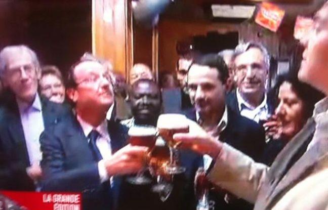 François Hollande et Arnaud Montebourg boivent à la victoire des socialistes, à Ris-Orangis (Essonne), le 14 octobre 2011.