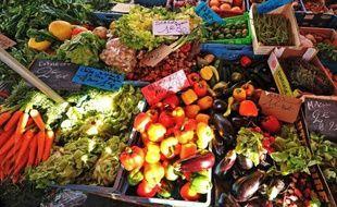 Un étal de fruits et légumes.