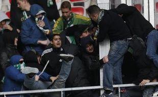 Six supporteurs suspectés de violence avant le match de L1 de football Nice/Saint-Etienne et interpellés mercredi dans la région stéphanoise, vont être transférés à Nice dans la matinée de jeudi par avion spécial, a-t-on appris de source policière.