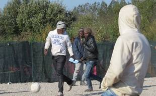 Des migrants jouent au football dans la Jungle à Calais le 13 octobre 2016.