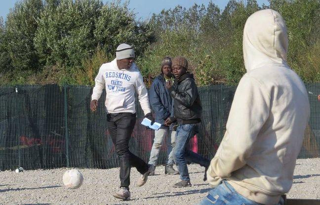 Des migrants jouent au football dans la Jungle à Calais