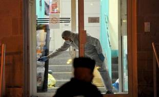 La police recueille des indices sur les lieux de l'agression des policiers à Joué-les-Tours, le 20 décembre 2014