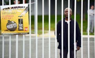 Au lendemain du séisme provoqué par l'annonce par PSA d'un plan social d'une ampleur sans précédent pour le groupe, la direction doit préciser vendredi site par site ses projets qui prévoient la fin de la production à Aulnay et la suppression de 8000 postes en France.