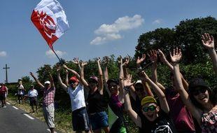 Des supporters brandissant un drapeau de Vendée lors de la 105e édition du Tour de France (illustration).