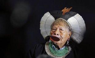 Le chef de la tribu amazonienne Kayapo, Raoni Metuktire, militant pour les droits des indigènes lors d'une conférence de presse au musée du Quai Branly, à Paris, le 5 juin