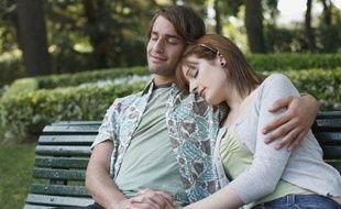 Illustration: Un couple fait la sieste sur un banc dans un parc.