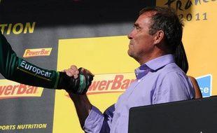 Le quintuple vainqueur du Tour de France, Bernard Hinault, lors du podium du Tour de France le 22 juillet 2011 à l'Alpe d'Huez.