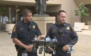 Les adjoints du shérif du comté de San Mateo, Lance Whitted (G) et Erik Rueppel (D), lors d'une conférence de presse après leur sauvetage héroïque.
