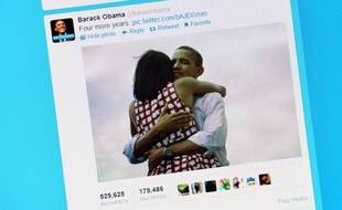 La photo de Barack Obama et sa femme Michelle enlacés, que l'équipe du démocrate a postée sur les réseaux sociaux au moment d'annoncer sa victoire, est devenue le cliché le plus populaire de tous les temps sur Facebook, après avoir engendré le tweet le plus populaire.
