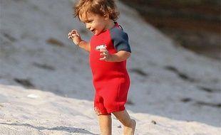 Levi Alves Mcconaughey, le fils de Matthew McConaughey, s'amuse sur la plage de Malibu, à Los Angeles, le 14 août 2009.