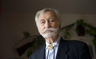 Robert Maloubier, 87 ans, pose le 05 janvier 2011 chez lui à Houilles en portant au cou l'insigne de l'unité des nageurs de combat.