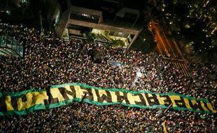 La foule manifeste pour la destitution de la présidente Dilma Roussef le 16 mars 2016 à Sau Paulo.