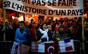 Des membres de la communauté turque de France manifestent devant l'Assemblée Nationale, à Paris, le 22 décembre 2011.