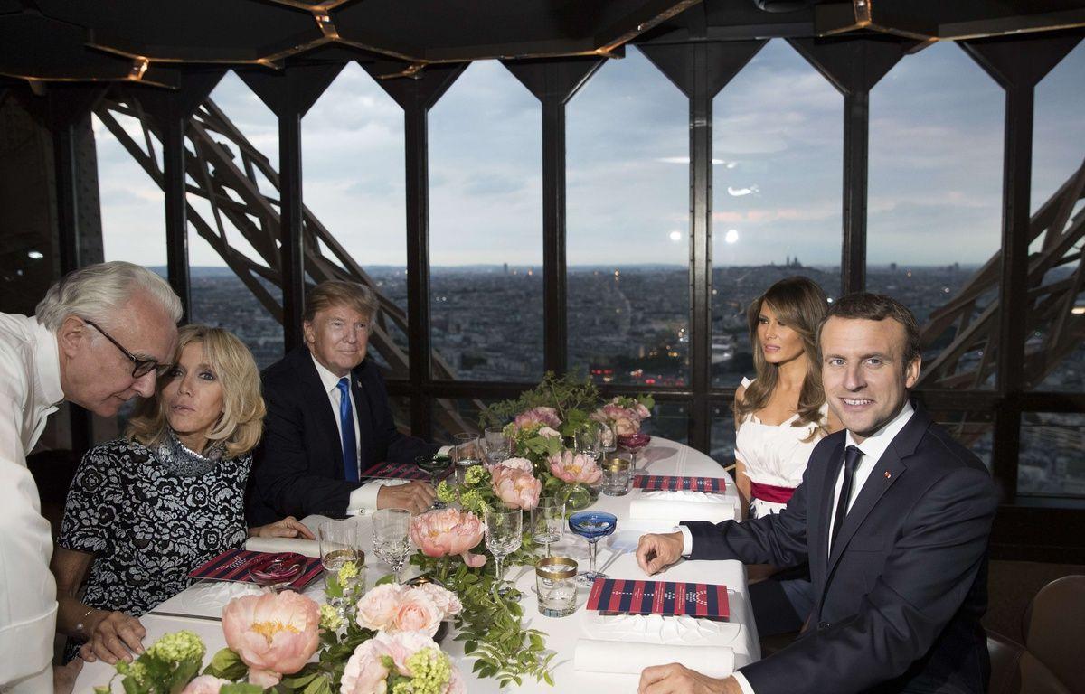Brigitte et Emmanuel Macron ont dîné avec Melania et Donald Trump au Jules Verne, à la tour Eiffel, le 13 juillet 2017. – C.KASTER/SIPA/AP