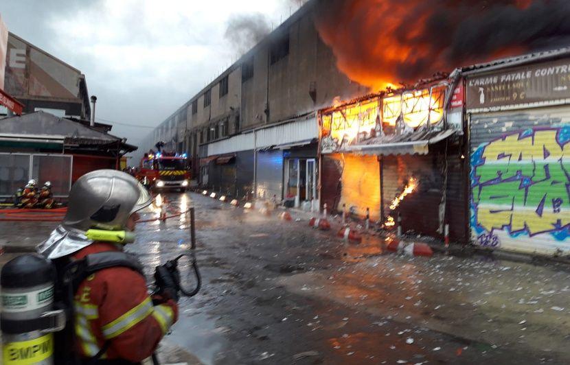 Marseille : Un violent incendie détruit cinq bâtiments du marché aux puces, 200 personnes évacuées