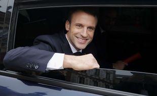 Emmanuel Macron quitte Gasny dans l'Eure, pour se rendre au grand débat national à Grand Bourgtheroulde, en Normandie, le 15 janvier 2019.