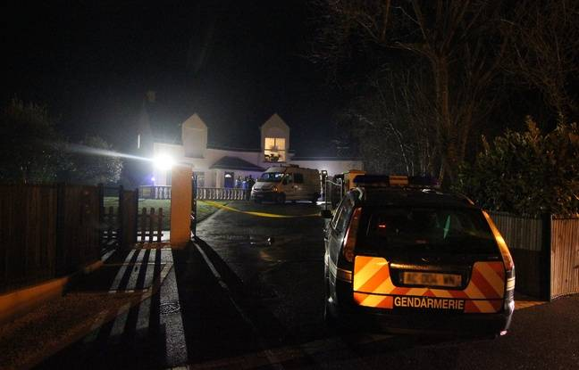 Les gendarmes devant une maison à Ossé, où un couple a été retrouvé mort.