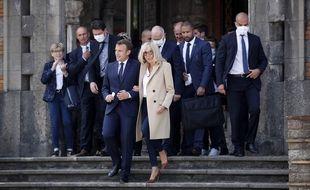 Emmanuel et Brigitte Macron, devant la mairie du Touquet, le 28 juin 2020.