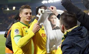 L'hommage des joueurs à Sala sur le but de Waris.