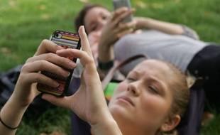 Les adolescents sont de plus en plus accros à leur portable.
