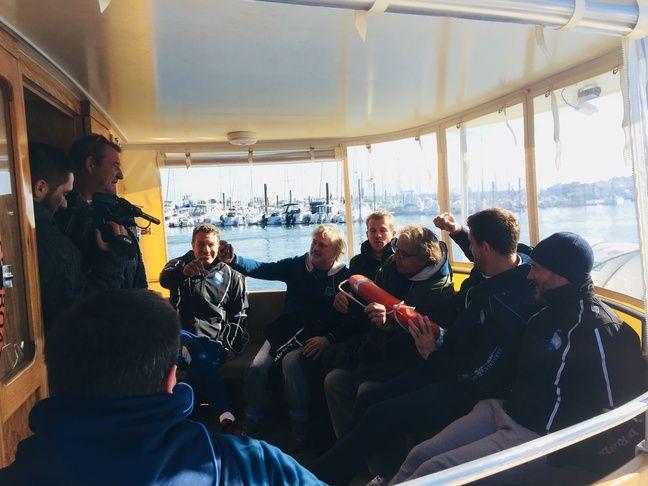 Les anciens avant la balade en bateau.