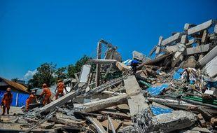 Des secouristes dans les ruines d'un hôtel effondré à Palu, dans le centre de l'île des Célèbes, en Indonésie, le 1er octobre 2018.