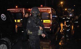 La police tunisienne bloque la route conduisant à l'endroit où un bus de la garde présidentielle a explosé dans le centre de Tunis le 24 novembre 2015