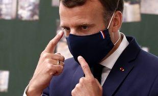Emmanuel Macron masqué.