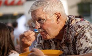 Homme âgé s'alimentant
