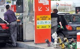 """Environ 95% des stations-service étaient approvisionnées en carburant dimanche et """"on arrivera à une situation de normalité la semaine prochaine"""", a indiqué dimanche le ministre de l'Ecologie et de l'Energie Jean-Louis Borloo."""