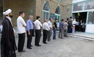 Des Iraniens font la queue devant un bureau de vote pendant les élections présidentielles, dans le sud de Téhéran, le 12 juin 2009.