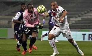Le gardien du TFC Ali Ahamada (en rose) intervient devant l'attaquant bordelais Wahbi Khazri, sous les yeux du défenseur toulousain Steeve Yago.