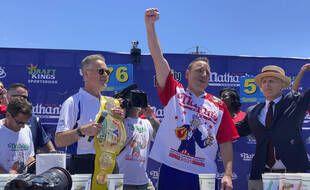 Joey Chestnut lors de sa victoire dans le  concours du plus gros mangeur de hot-dogs en 10 minutes, à New York le 4 juillet 2021.