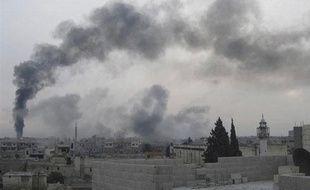 De la fumée s'échappe du quartier de Baba Hamro, à Homs (Syrie), le 15 février 2012.