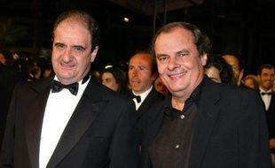 L'ancien président de Canal+ Pierre Lescure (G) et l'ancien directeur des programmes de Canal+, Alain de Greef (D) à leur arrivée au 55ème Festival de Cannes, le 24 mai 2002