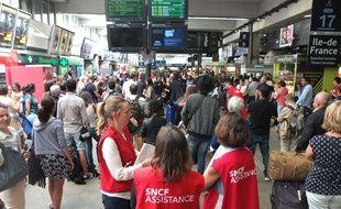 Un train en panne à la sortie de la gare Montparnasse à Paris a provoqué de nombreux retards en ce jour de chassé-croisé important.
