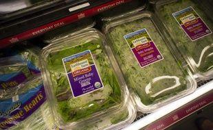 Des salades dans des emballages plastique