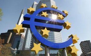 Les banques de la zone euro ont déposé 453,18 milliards d'euros auprès de la Banque centrale européenne (BCE) entre mardi et mercredi, soit un nouveau record absolu, a annoncé mercredi l'institution monétaire européenne.