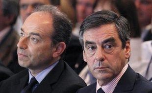 """François Fillon, candidat à la présidence de l'UMP, et Jean-François Copé, secrétaire général qui veut """"une vague bleue"""" en 2014, ont confronté leur vision du premier parti d'opposition à quatre mois du congrès lors d'une réunion des cadres départementaux samedi au siège à Paris."""