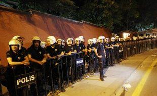 La police anti-émeute turque protège l'ambassade israélienne à Ankara le 18 juillet dernier.