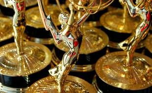 Des statuettes, trophées des Emmy Awards.
