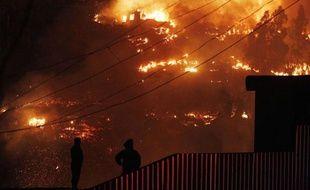 Un énorme incendie ravage toujours la ville de Valparaiso, au Chili, le 13 avril 2014.