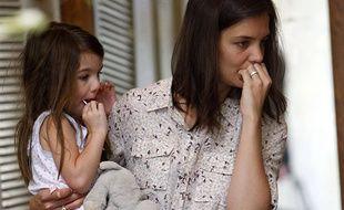 Katie Holmes habille parfois sa fille comme elle, mais les spécialistes déconseillent cette pratique.