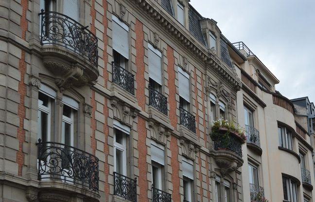 Sur cette bâtisse à l'angle de l'avenue de la Liberté et la rue du Général Couraud figurent encore les initiales du notaire à l'origine de sa construction.