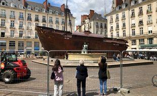 L'œuvre Le Naufrage de Neptune d'Ugo Schiavi est installée au centre de la place Royale. Pour l'instant protégée par des grilles.