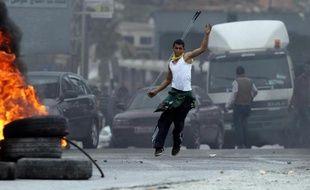 Un Palestinien manifeste contre les forces israéliennes dans le camp de réfugiés de Jalazone, aux abords de Ramallah, en Cisjordanie