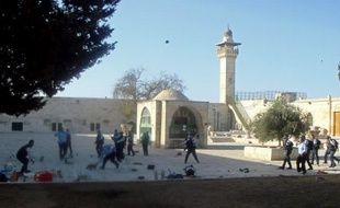 Des Palestiniens ont jeté des pierres et des chaussures en direction de policiers israéliens qui escortaient des touristes juifs et chrétiens sur l'esplanade des Mosquées, dans la Vieille ville de Jérusalem-Est, a-t-on appris mardi de source policière.