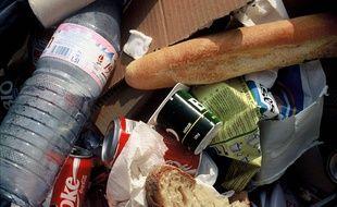 Des déchets alimentaires à la poubelle.