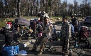 Une famille rom évacuée de son campement le 5 mars 2014 à Lyon
