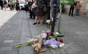 Le militant d'extrême gauche Clément Méric, qui était dans un état désespéré après avoir reçu mercredi soir à Paris un coup lors d'une bagarre avec des skinheads, est décédé jeudi, a annoncé à l'AFP une source policière.